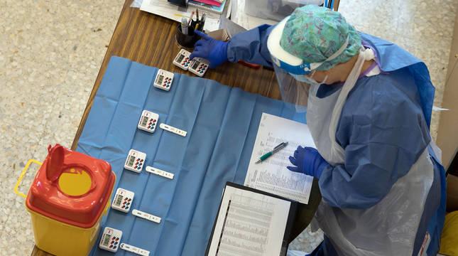 Una enfermera, durante la realización de test rápidos a alumnos de un colegio de Tudela.