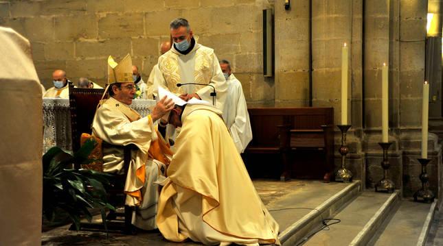 El arzobispo Francisco Pérez, coloca la mitra al nuevo abad de La Oliva en la ceremonia de ayer.