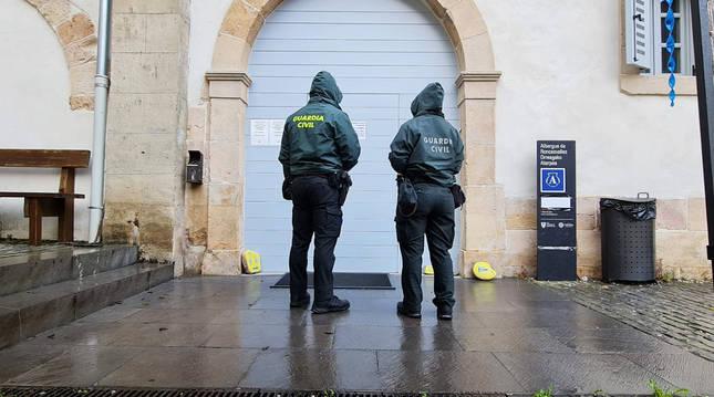 Foto de los agentes de la Guardia Civil, en la entrada del albergue de Roncesvalles.