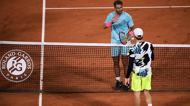 Rafa Nadal saluda a Jannik Sinner tras vencer el choque de cuartos de final de Roland Garros.