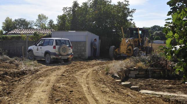 Una máquina trabaja ayer en uno de los caminos dañados en Tafalla en la zona de Barranquiel