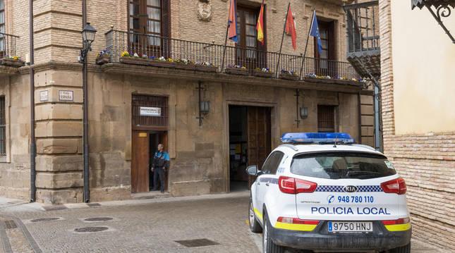 Un coche patrulla de la Policía Local de Corella, aparcado frente al Ayuntamiento.