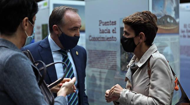 Izda. a dcha.: la consejera Elma Saiz, Javier Esparza (NA+) y la presidenta María Chivite hablan en el atrio del Parlamento.
