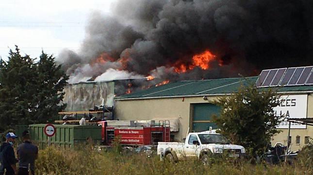 Imagen del incendio del desguace en Tafalla.