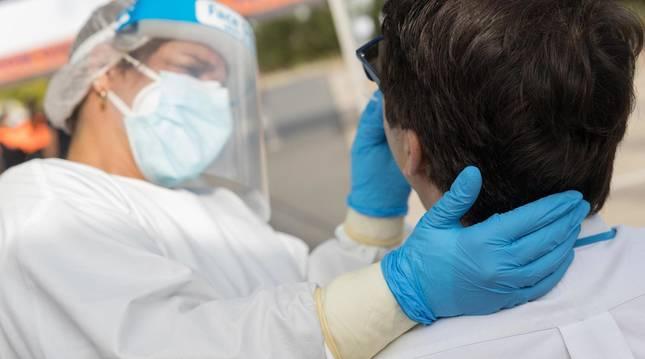 Foto de una sanitaria tomando muestras en Tudela para realizar la PCR.