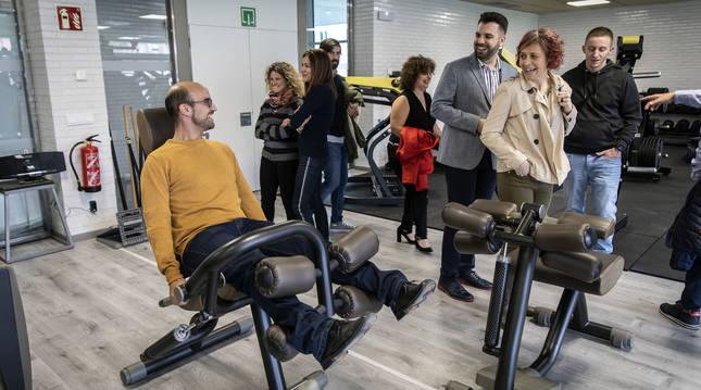 Foto de Javier Álvarez (AS Zizur), sentado, bromea con Jon Gondán y Andoni Serrano (Geroa Bai), en febrero pasado.