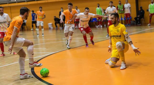 Javivi pisa el balón, en el partido que el Aspil disputó el pasado sábado ante el Santa Coloma y en el que terminó cayendo por 3-6.