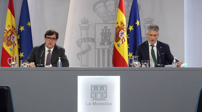 Foto del ministro de Sanidad, Salvador Illa, y el ministro del Interior, Fernando Grande-Marlaska, en la rueda de prensa posterior al Consejo de Ministros Extraordinario.