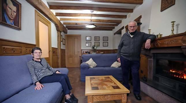 Foto del ebanista Gabino Urtasun y su mujer, Ana Mari Alegre, en su casa de Burguete (Navarra).