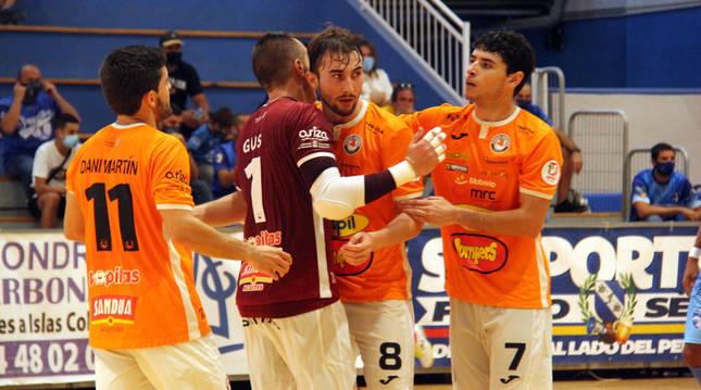 Dani Martin, Gus y Nil celebran con Javivi el gol que inauguró el marcador naranja ayer en Peñíscola.