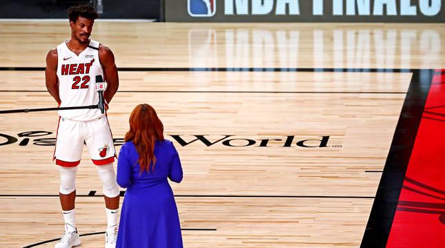 Jimmy Butler atiende a los medios de comunicación tras finalizar el quinto partido de la final de la NBA.