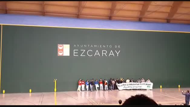 Vídeo: Pelotaris de Baiko muestran una pancarta con el lema 'Garai Zailetan pilotariak borrokan, pelotaris en lucha'