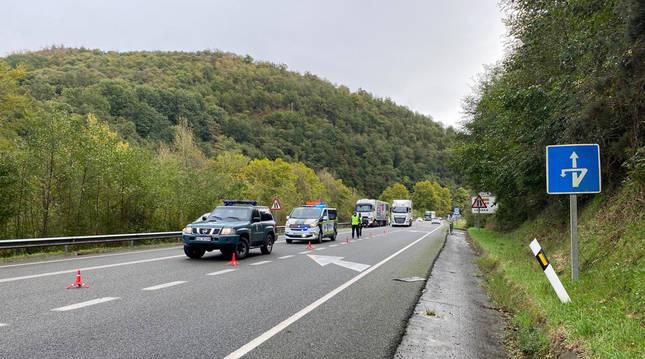 Un herido leve en un accidente entre un turismo y un camión articulado
