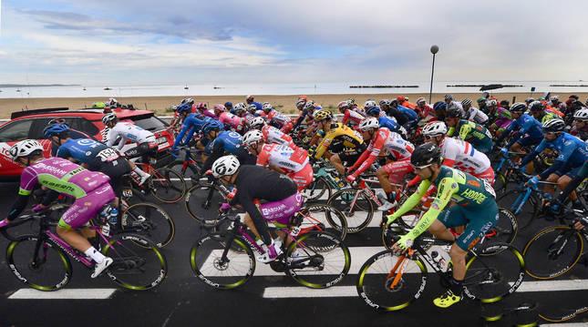 Foto del pelotón en el transcurso de la novena etapa del Giro 2020 entre San Salvo y Roccaraso.