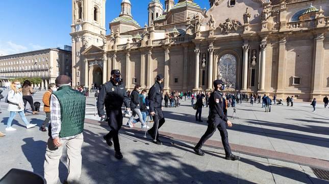 Importante despliegue policial para controlar los accesos a la plaza y un ambiente enrarecido en el que se han mezclado devoción, curiosidad y resignación.