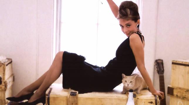Audrey Hepburn, con el vesido negro de Givenchy en 'Desayuno con diamantes'