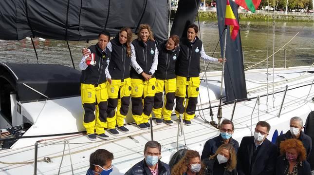 Las cinco tripulantes en el puerto de Bilbao antes de zarpar en el Reto Pelayo Vida.