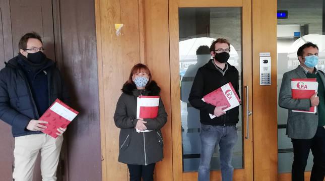 Los coordinadores locales de EA en Vitoria, Pamplona, San Sebastián y Bilbao antes de entregar las firmas en la sede del partido en Pamplona a principios de octubre.
