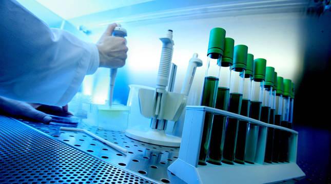 Foto de un técnico trabajando en un laboratorio de análisis sanitarios
