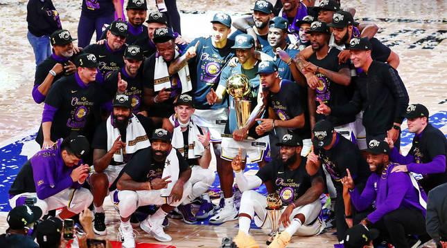 Los jugadores de Los Angeles Lakers posan con el trofeo de campeones de la NBA.