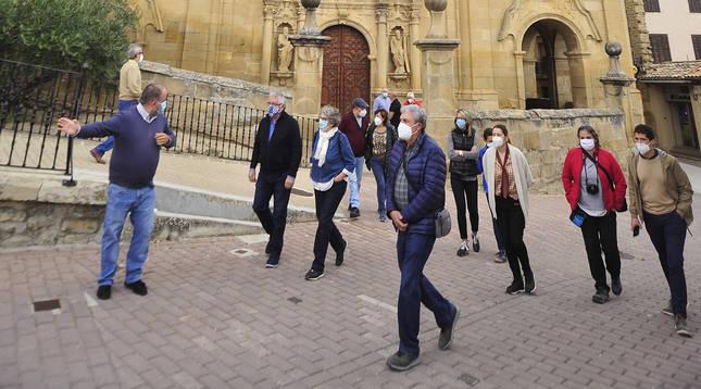 Foto de varias personas en una visita guiada al casco histórico de Mendigorría (Navarra).