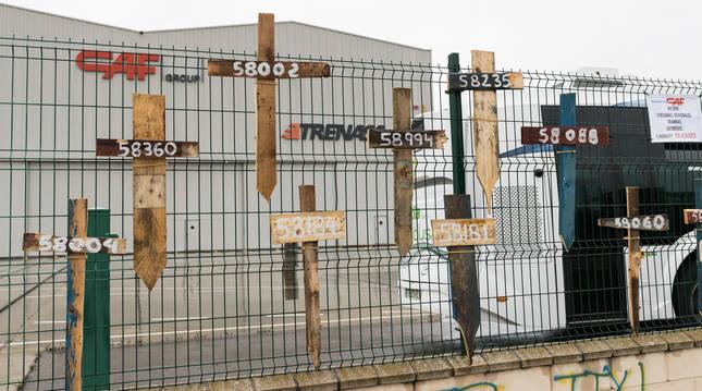 Foto de cruces con los números de los operarios a la entrada de Trenasa en Castejón (Navarra).