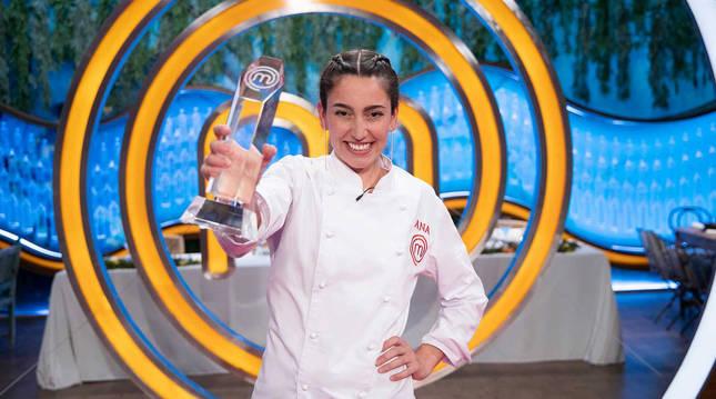 Foto de Ana Iglesias, con el trofeo de ganadora de 'MasterChef 8'.