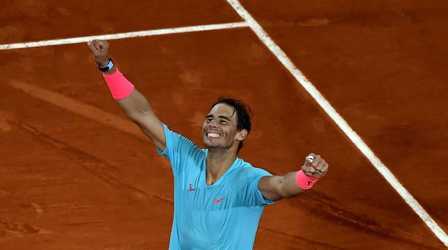 Nadal celebra su victoria frente a Djokovic en la final de Roland Garros.