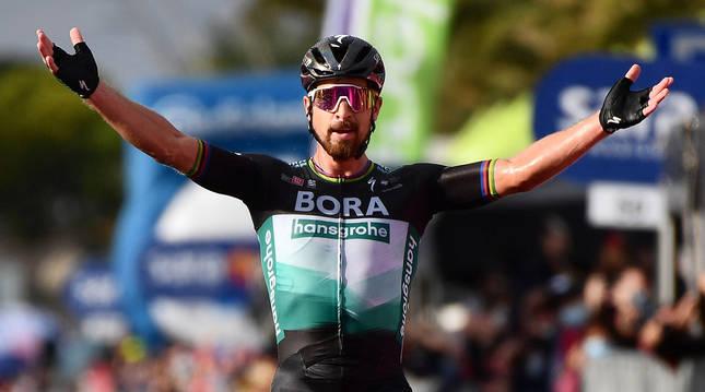 Foto de Peter Sagan cruzando como vencedor la meta en la novena etapa del Giro 2020.
