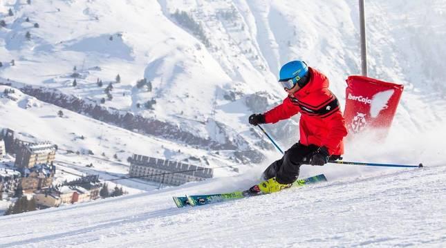 Foto de un esquiador, en pleno descenso por una pista de Candanchú  la pasada temporada.