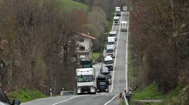 Camiones, en la carretera N-121-A a la altura de Lantz.