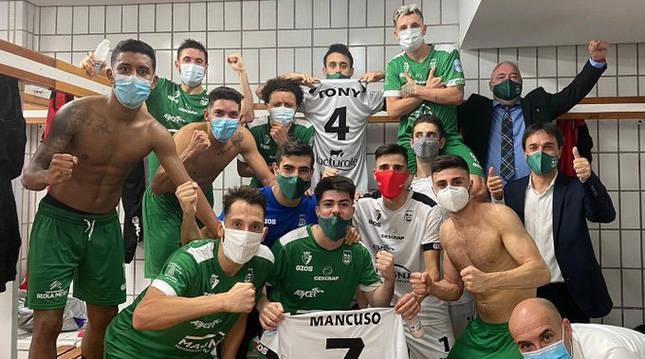 Foto de los jugadores de Osasuna Magna celebrando su victoria en la cancha de ElPozo.