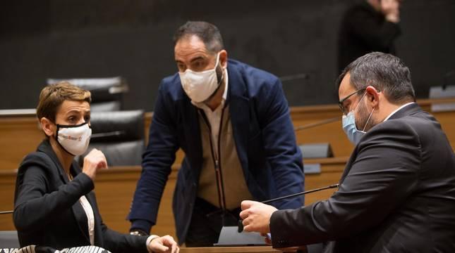 Foto de Chivite, Alzórriz y Remírez conversando antes de un pleno en el Parlamento.