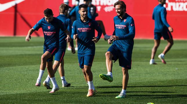Munir, Suso y Franco Vázquez durante el entrenamiento de este jueves del Sevilla.