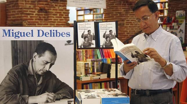 Foto del escritor y biógrafo de Delibes Ramón García Domínguez (dcha), en septiembre de 2005.