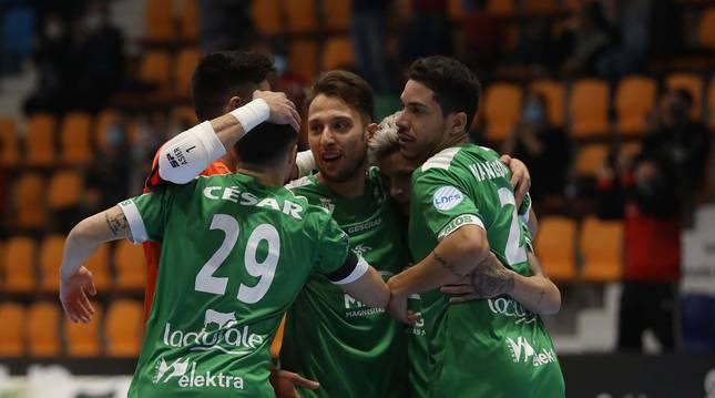 Foto de los jugadores de Osasuna Magna celebran un gol en el primer partido en el Anaitasuna.