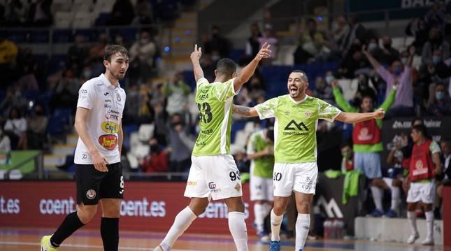 Foto de Vilela y Allan celebrando uno de los tres goles que anotó el primero de ellos ayer en Son Moix, ante un desolado Javivi.