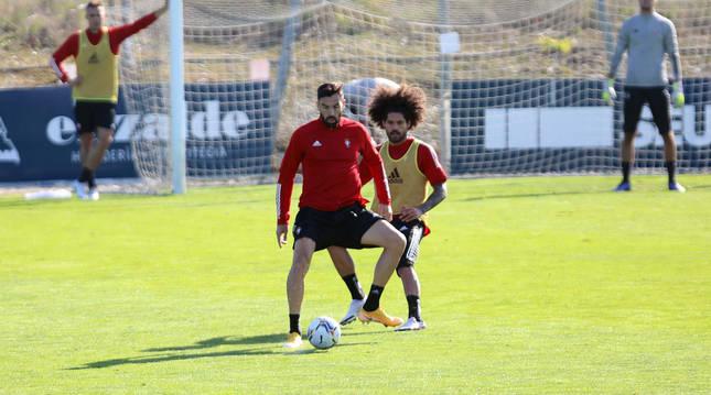 Aridane presiona a Enric Gallego durante el entrenamiento de este viernes en Tajonar