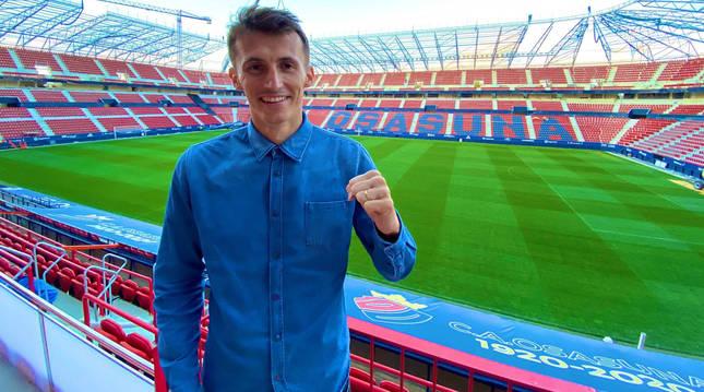 Ante Budimir posa en el estadio de El Sadar durante su primera visita al feudo rojillo.