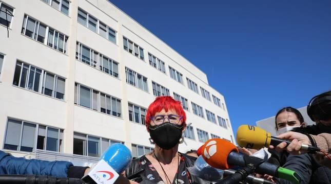 La consejera Santos Induráin atiende a los medios de comunicación en las puertas del edificio de Maternal de Virgen del Camino.