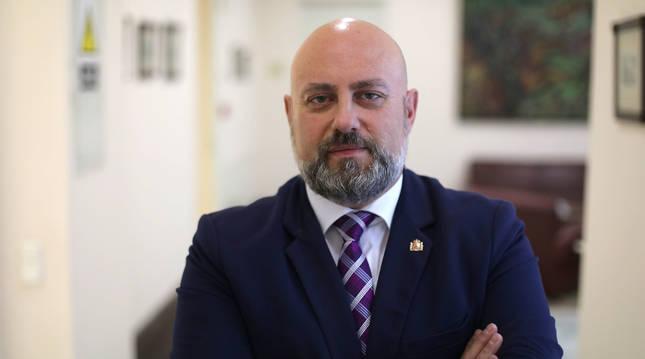 José Luis Arasti, Delegado del Gobierno en Navarra, en un pasillo de la sede en Plaza de Merindades de Pamplona.
