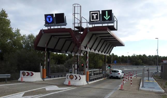 Un turismo accede, en enlace número 14 situado en Lodosa, a la AP-68 en la dirección sur, Calahorra-Zaragoza.