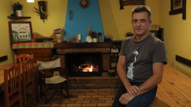 Mikel Albisu, el lluvioso miércoles de esta semana, en uno de los comedores de la posada y albergue de Beintza.