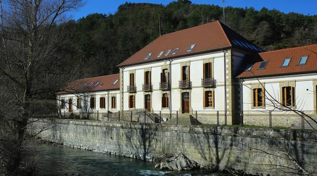 Antiguas escuelas de Roncal, que hasta enero acogían las clases de los escolares del valle.