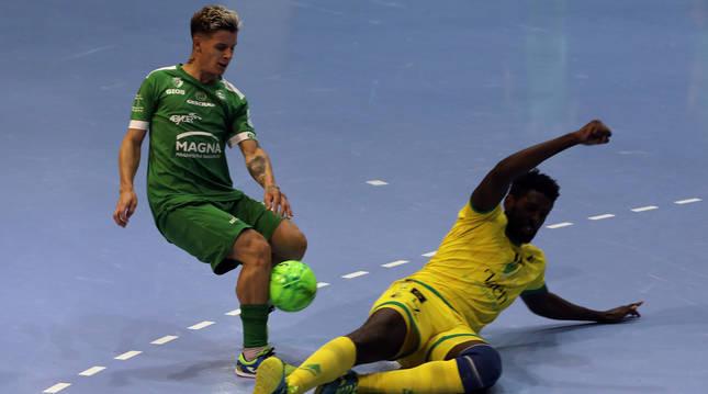 El ala brasileño Fabinho, ante la entrada de Bungyoba, fue el autor de los dos goles de Osasuna Magna.