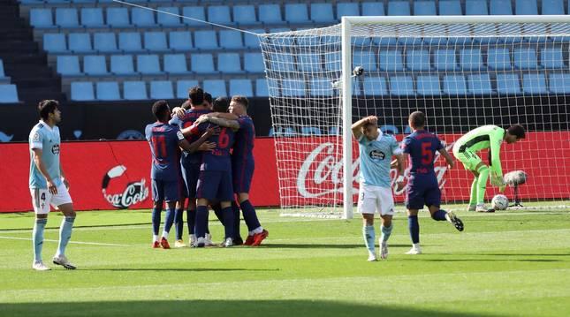 Los jugadores del Atlético de Madrid celebran el primer gol de Luis Suárez.