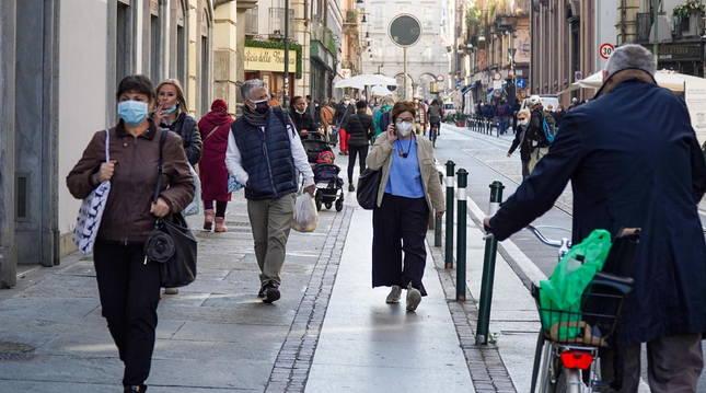 Ciudadanos italianos en Turín con mascarillas.