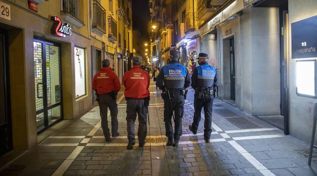 Policía Foral y Municipal, por las calles de Pamplona.