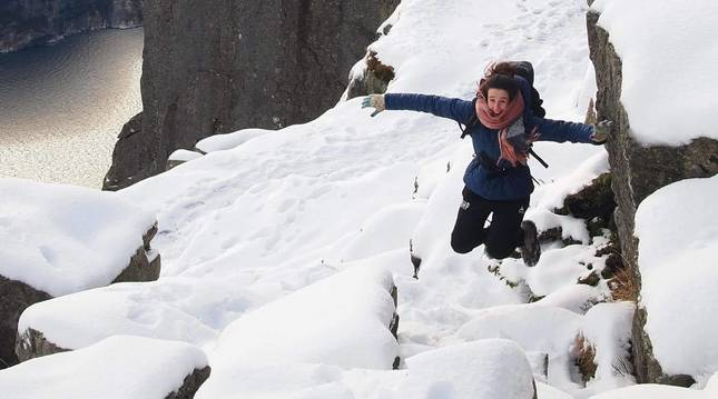 Ángela Etayo en Preikestolen, en una excursión turística entre fiordos cerca de Stavanger, al sur de Bergen.