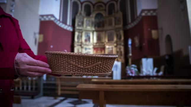 Un cestillo o cepillo de los muchos que se pasan en las parroquias navarras para sostenerlas económicamente.